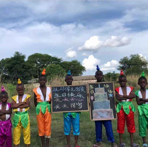非洲小孩葫芦娃主题举牌喊话祝福视频拍摄,非洲实拍!