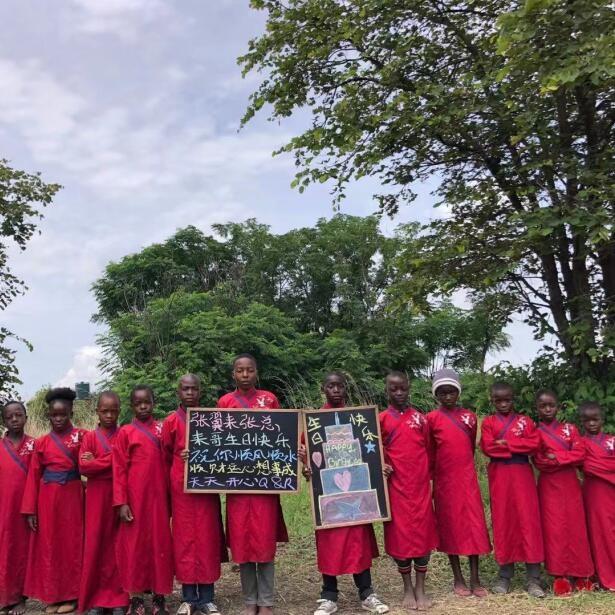 非洲小孩举牌喊话祝福视频拍摄,非洲实拍!