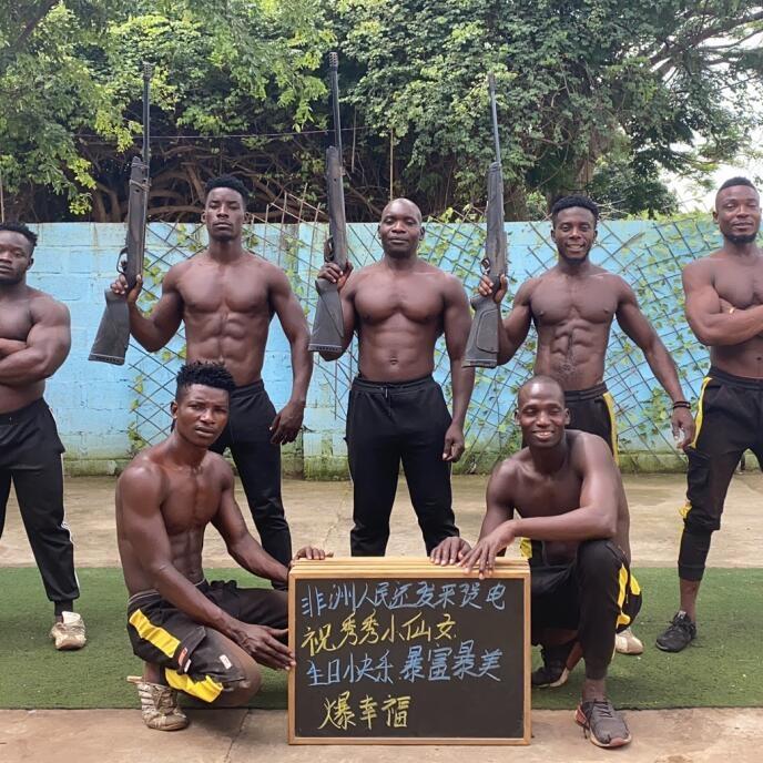非洲肌肉男举牌喊话祝福视频拍摄霸气开腔